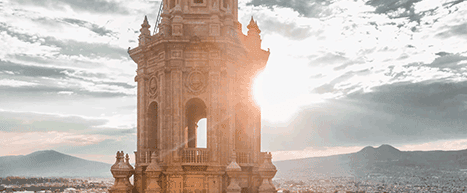 Estructura colonial con el sol de fondo